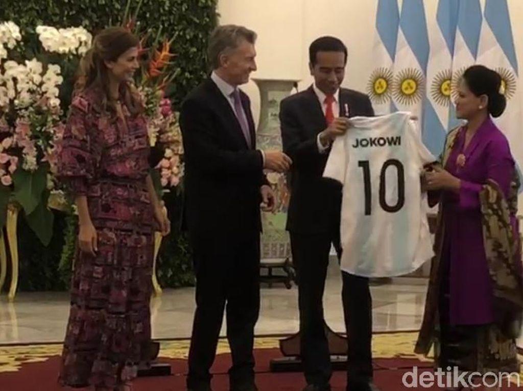 Jokowi Diberi Jersey Timnas Argentina Nomor 10, Ini Kata KPK