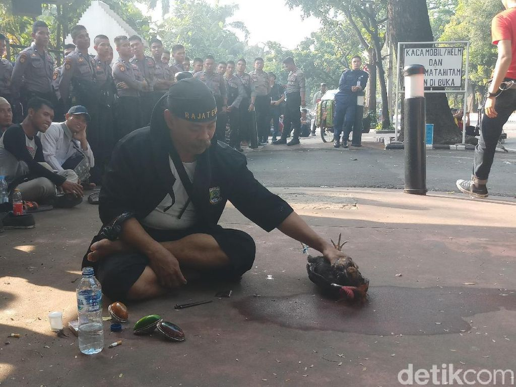 Aksi Kawal MK di Patung Kuda, Abah Zaini dari Banten Atraksi Debus