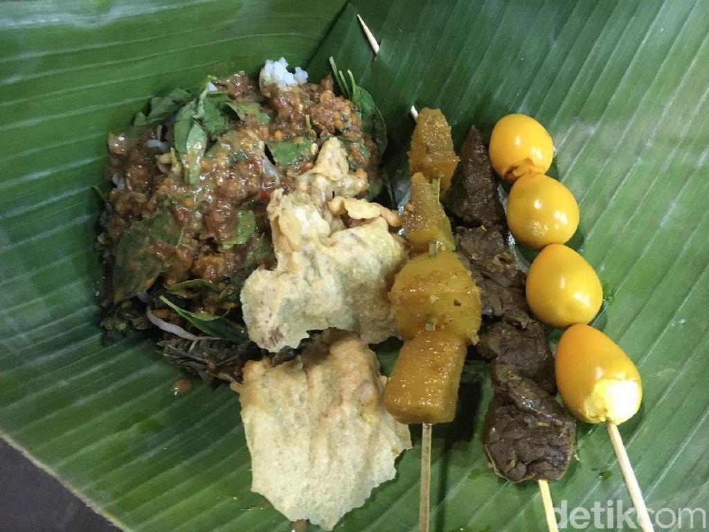 Serunya Makan Kepiting Asap hingga Rebutan Pecel Madiun di Dekat Stasiun MRT