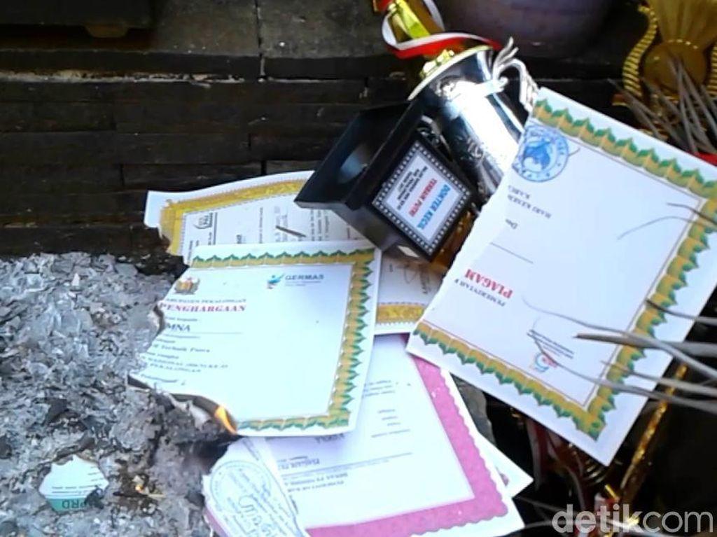 Ditolak Sekolah Idaman, Siswa Prestasi Membakar Belasan Piagam