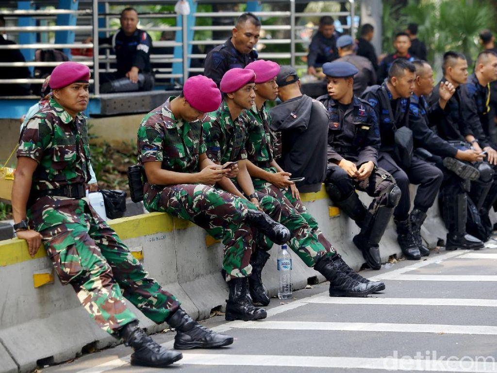 Membandingkan Gaji TNI dan Polisi