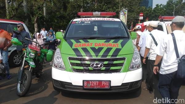 Ambulans Dinkes DKI siaga di sekitar lokasi aksi kawal MK. (Foto: Arief Ikhsanudin/detikcom)