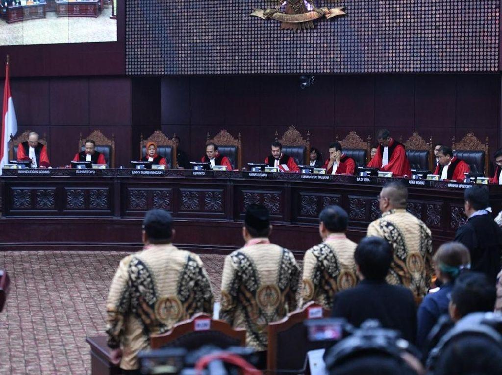 MK Sebut Tim Prabowo Tak Bisa Buktikan Paslon 01 Gunakan Money Politics