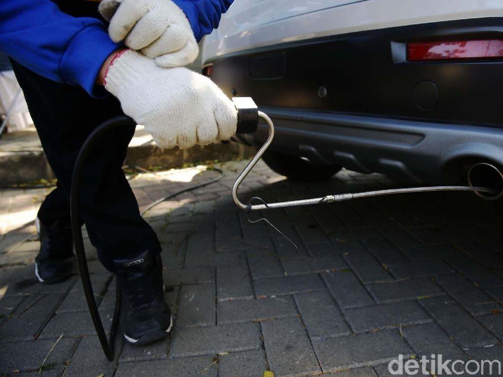 Anies Wajibkan Mobil Pribadi di DKI Uji Emisi, Segini Tarifnya