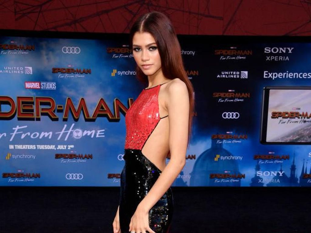 Gaya Seksi Zendaya Pamer Punggung di Premier Spiderman: Far From Home