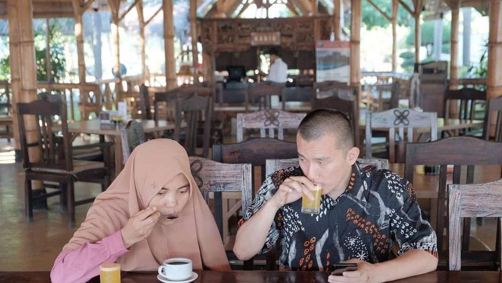 Gemar Kulineran, Ini Pose Istri Ustaz Felix Siauw Saat Makan Kunafe hingga Ngopi