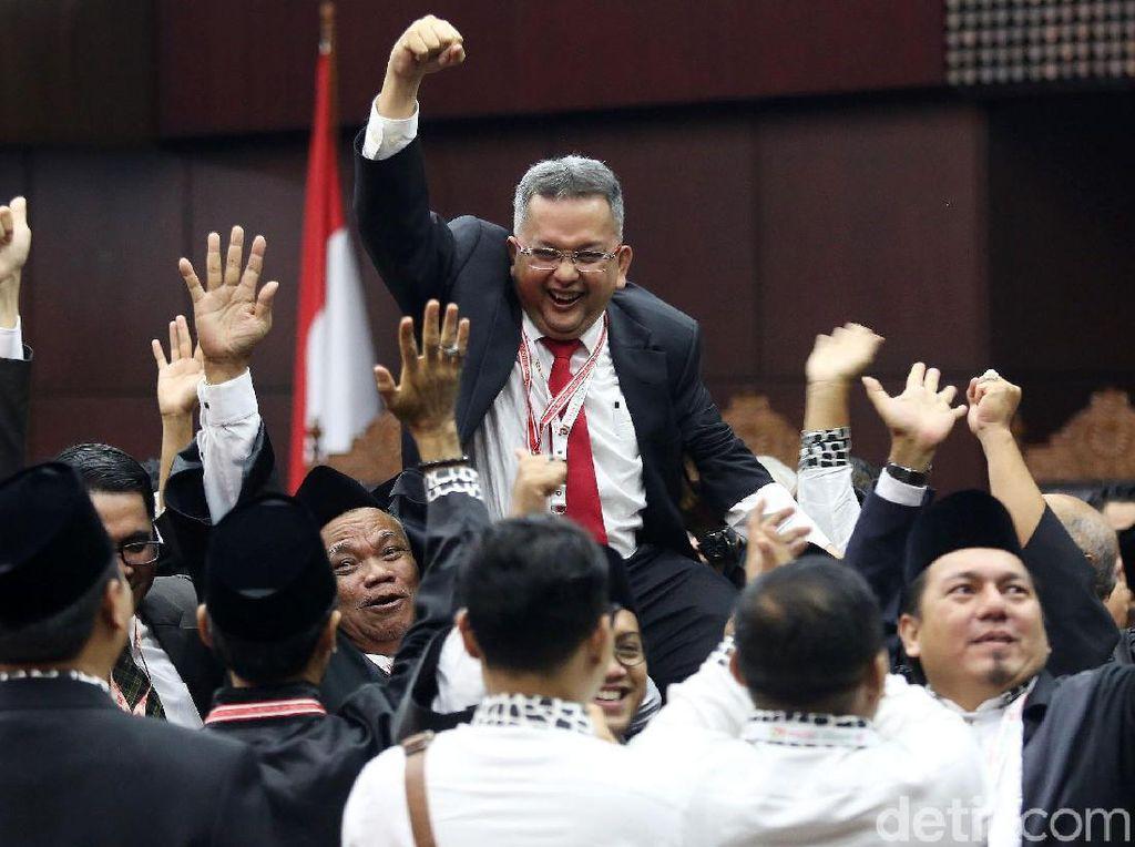 Ekspresi Gembira Tim Hukum Jokowi Rayakan Kemenangan