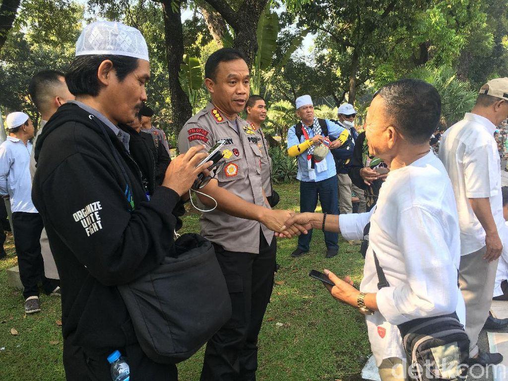 Sambangi Massa, Kapolres Jakpus Imbau Dengarkan Sidang MK dari Media