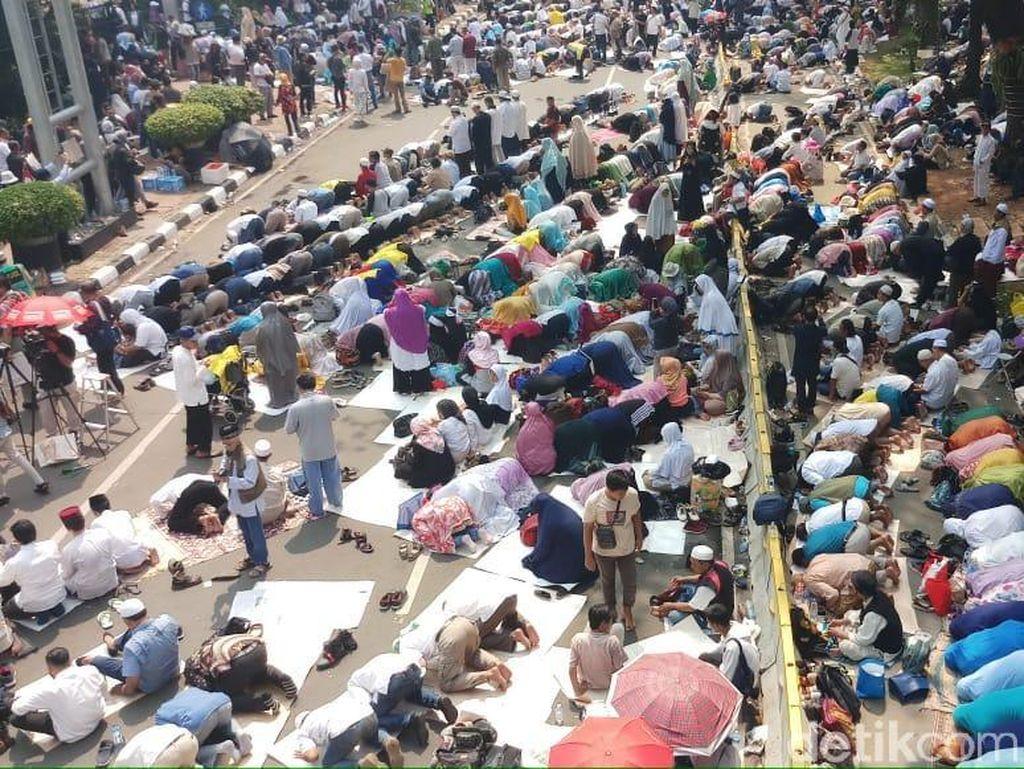 Massa Aksi Kawal MK Gelar Tahlil di Patung Kuda