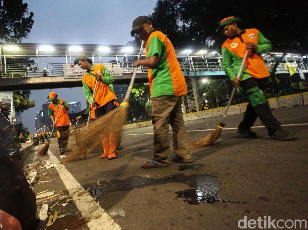 Pasukan Oranye Bersihkan Lokasi Aksi Kawal Sidang MK