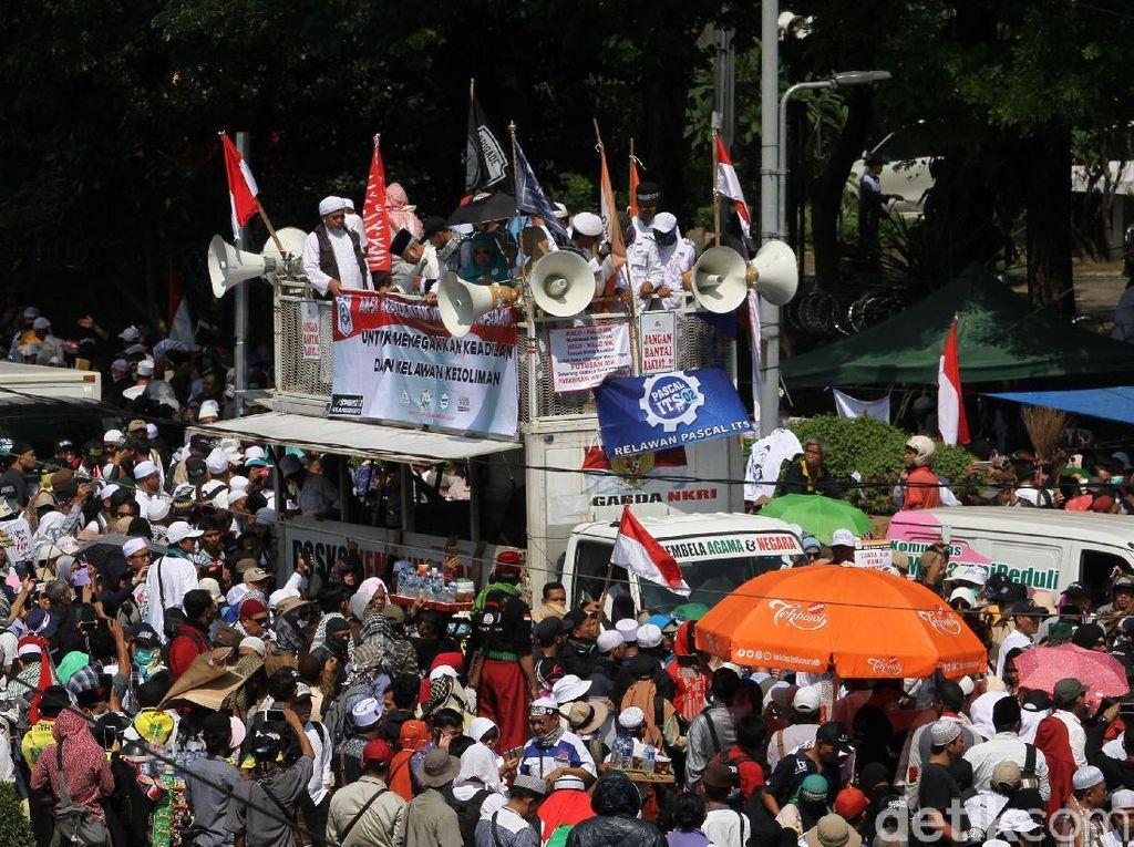 Video Aneka Aktivitas Massa Aksi Kawal MK di Patung Kuda