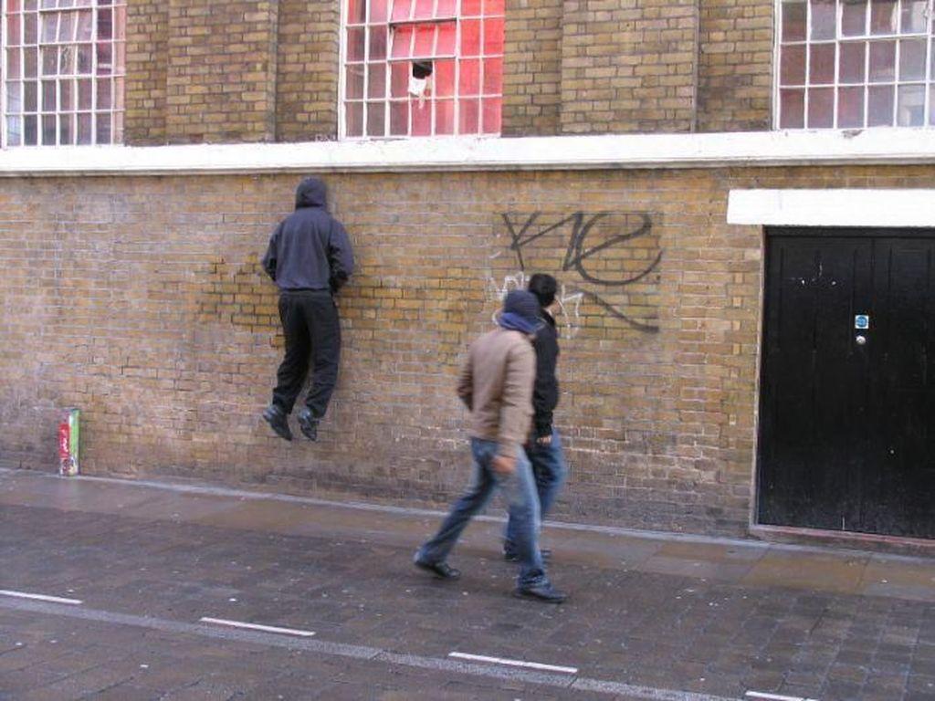 Tengok Aksi Kumpulan Patung Ini, Bikin Kaget Orang Jalan!