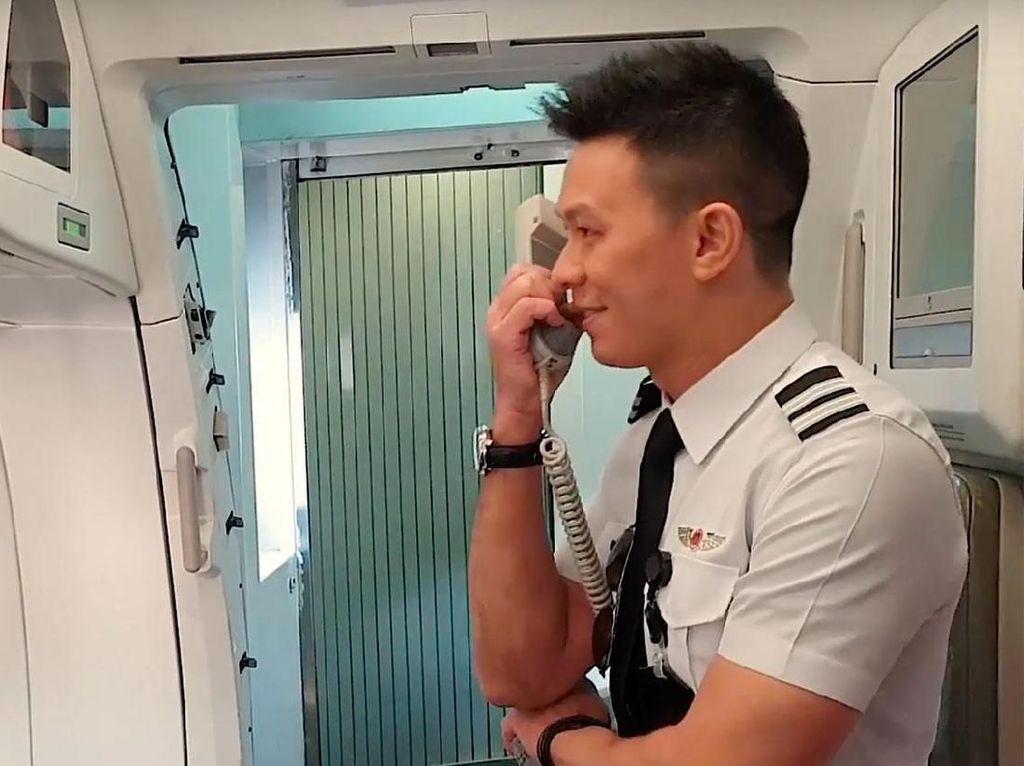 Momen Manis saat Pilot Beri Kejutan untuk Orangtuanya di Pesawat