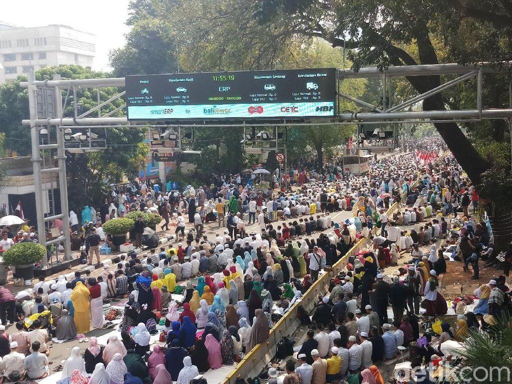 Massa Kawal Aksi MK Salat Zuhur Berjemaah, TNI Ikut Serta