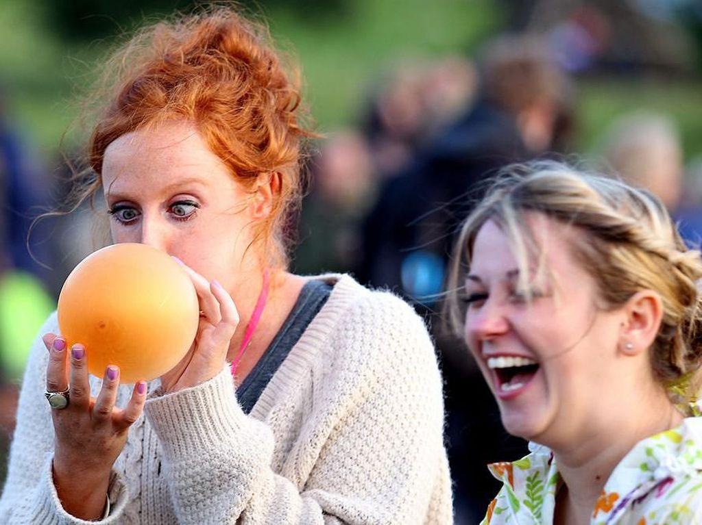 Dor! Ribuan Orang Letuskan Balon di Hari Pertama Glastonbury