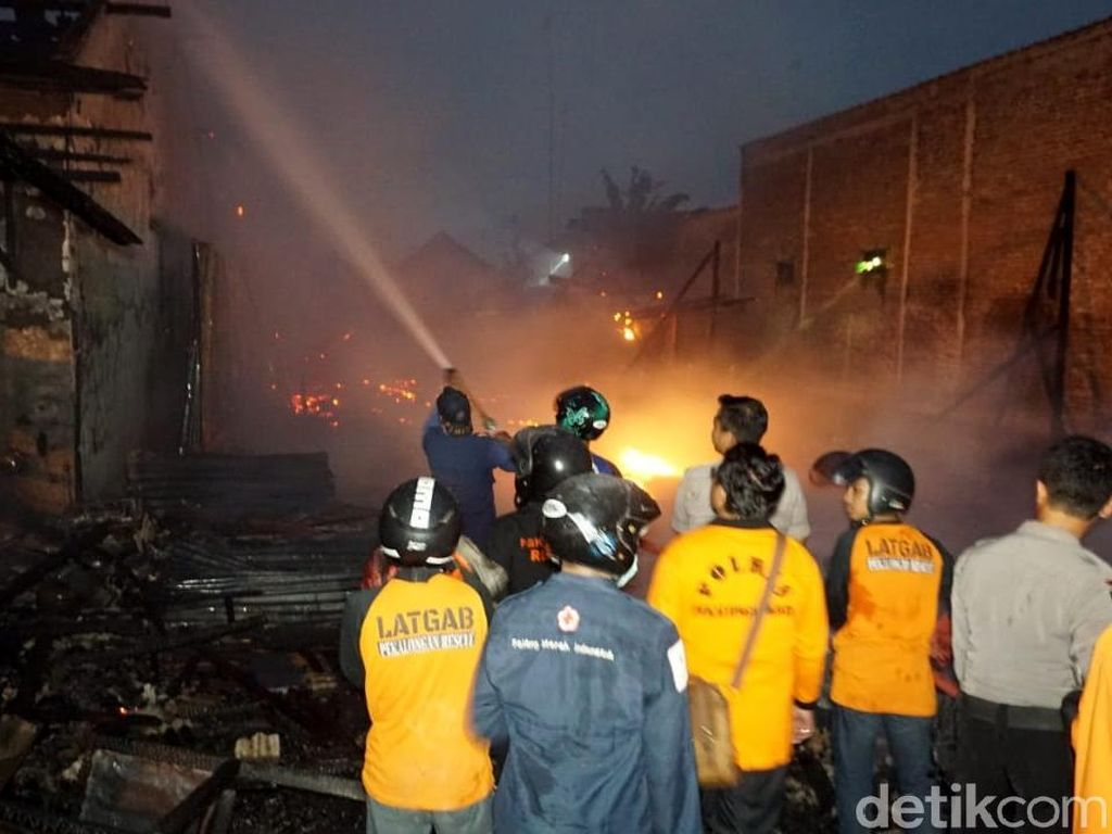 4 warung dan 1 Rumah Ludes Terbakar di Kota Pekalongan