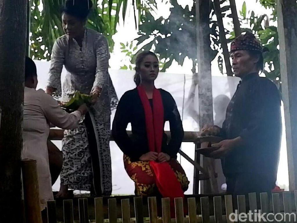 Prosesi Menjadi Penari Gandrung yang Memegang Filosofi Bambu