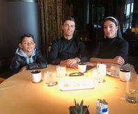 Christiano Ronaldo dan keluarganya.