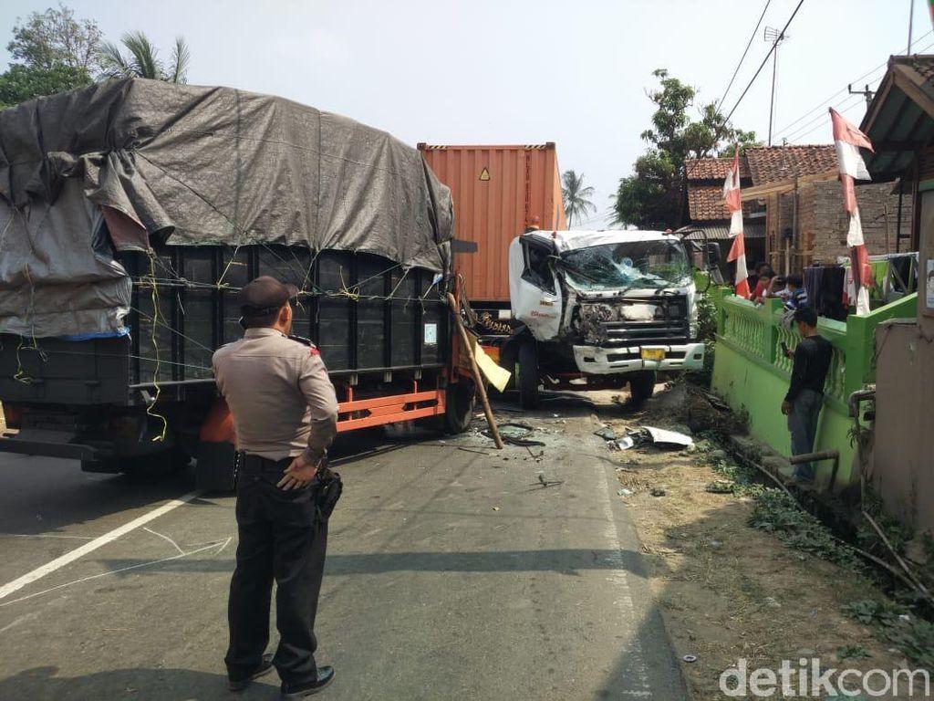 2 Truk Tabrakan di Bandung Barat, 1 Orang Luka