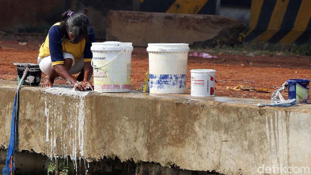 Duh, Warga Cuci Pakaian Pakai Air Sungai di Kalimalang