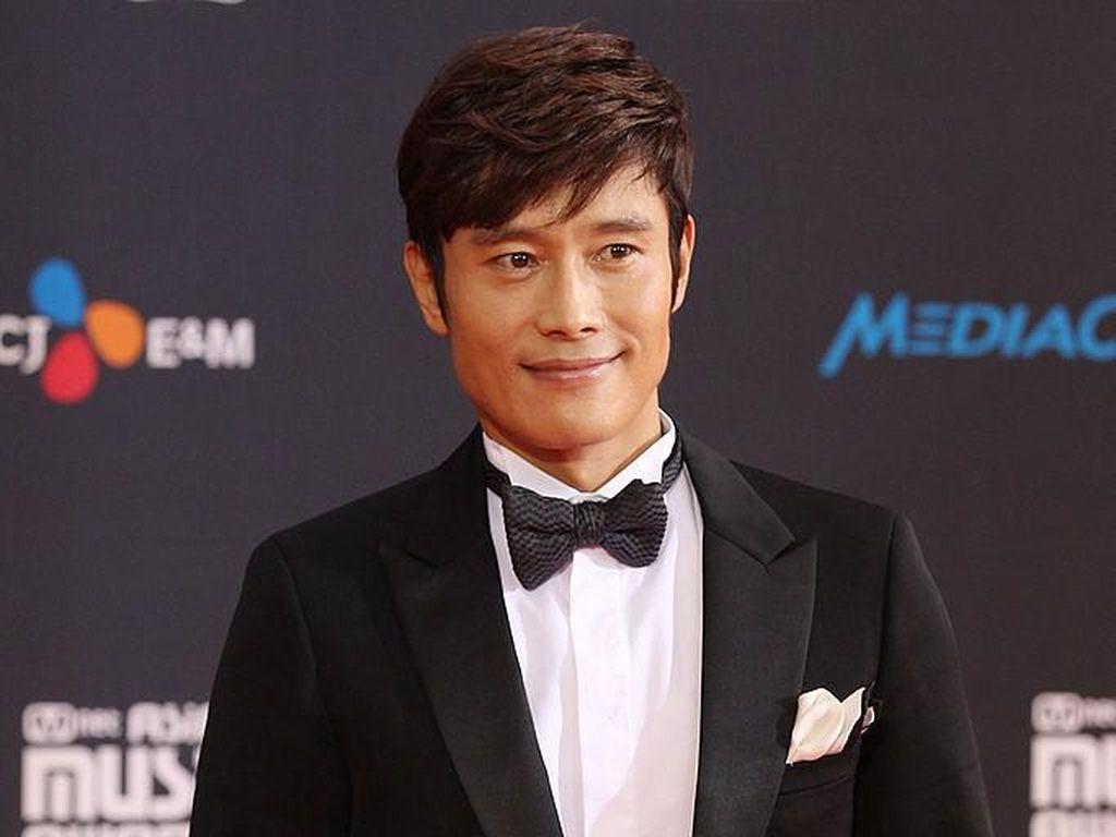 Lee Byung Hun Bakal Produksi Film Hollywood Adaptasi Novel Romantis