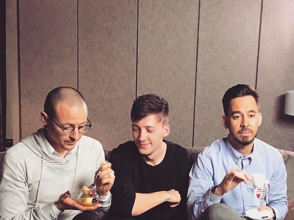 Tak Hanya Jago Nyanyi, Mike Shinoda Juga Jago Makan dan Masak