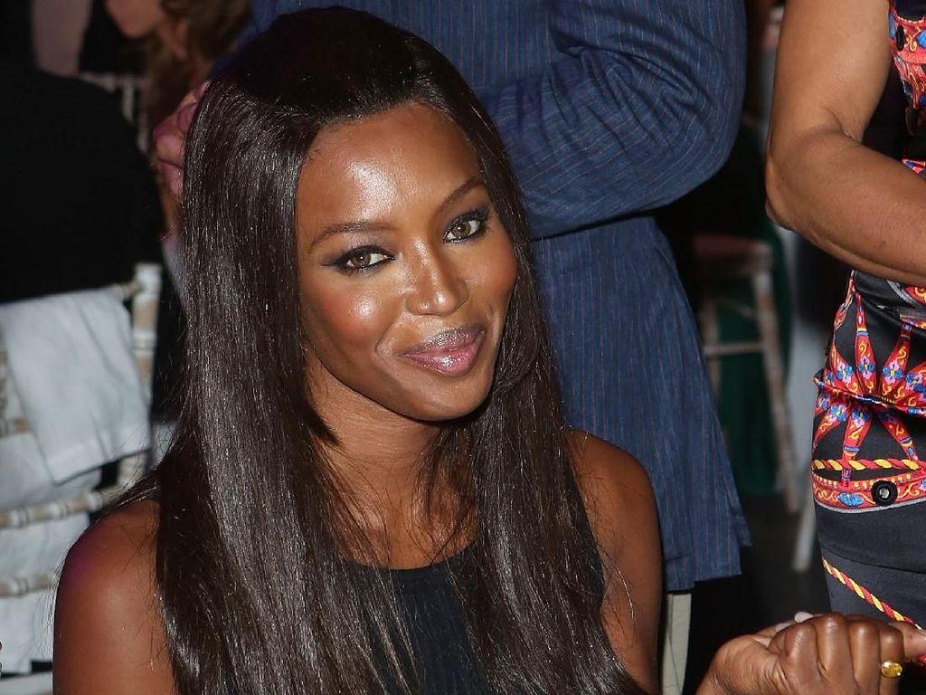 Bukti Naomi Campbell Gila Kebersihan, Pakai Masker & Sarung Tangan di Pesawat