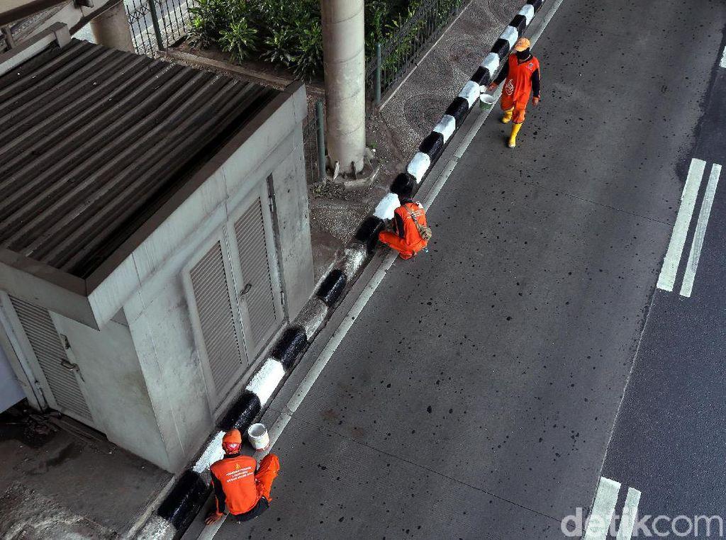 Aksi Pasukan Oranye Percantik Trotoar di Ibu Kota