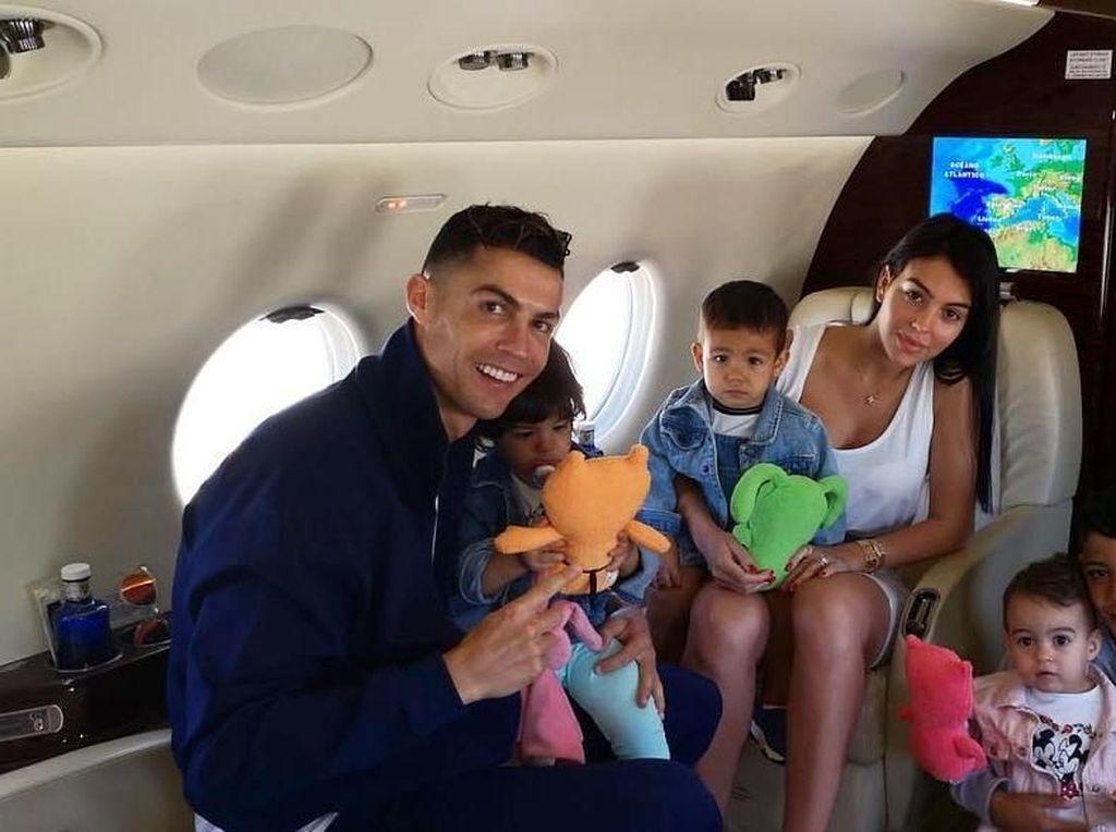 Momen Kulineran Asyik Christiano Ronaldo dan Georgina Bareng Keempat Anaknya