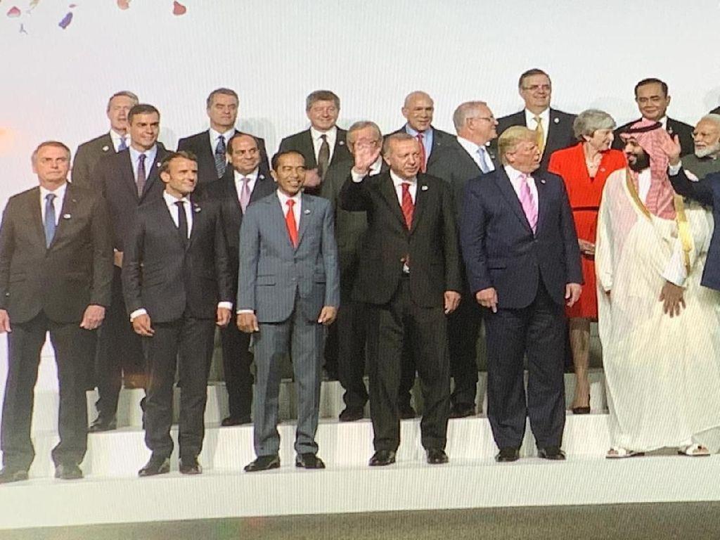 Foto Bersama Pemimpin Dunia di KTT G20, Jokowi Diapit Erdogan-Macron