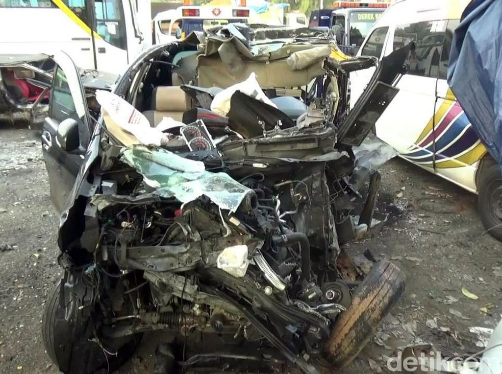 Ngeri! Penampakan Minibus yang Seruduk Truk di Tol Cipularang