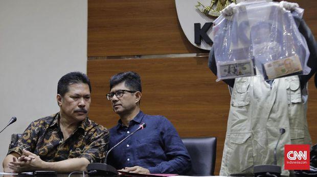 Wakil Ketua KPK Laode M Syarief dan Jaksa Agung Muda bidang Intelijen (Jamintel) Jan S Maringka memberikan keterangan terkait OTT yang dilakukan KPK terhadap Oknum Kejaksaan, di Jakarta, 29 Juni.