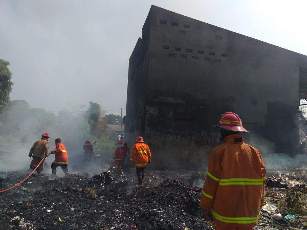 Sebuah Ruko di Depok Nyaris Terbakar Akibat Pembakaran Sampah di TPS