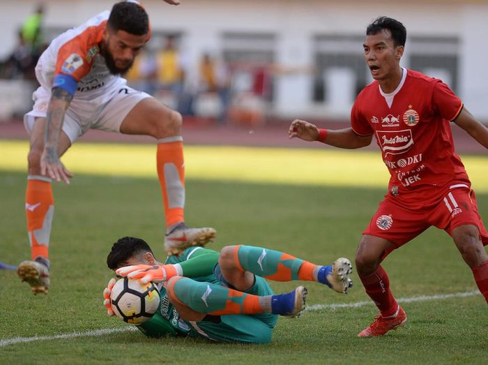 Pesepak bola Persija Jakarta Marko Simic (kiri) berusaha melewati hadangan pesepak bola Borneo FC Wildansyah (kanan) dalam pertandingan semifinal leg pertama Piala Indonesia di Stadion Wibawa Mukti, Cikarang, Kabupaten Bekasi, Jawa Barat, Sabtu (29/6/2019). ANTARA FOTO/M Risyal Hidayat/aww.