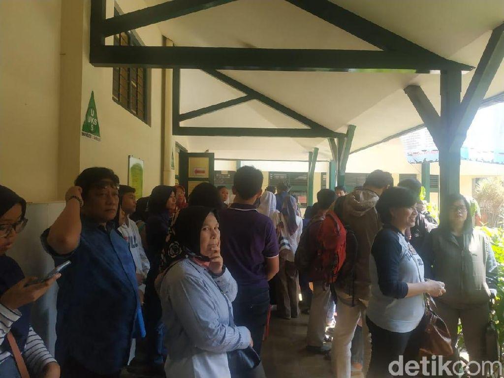 Datangi Sekolah, Ortu Calon Siswa SMA di Bandung Harap-harap Cemas