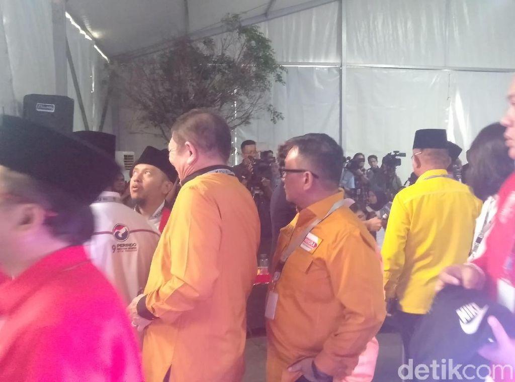 Rombongan TKN Jokowi-Maruf Amin Tiba di KPU Naik Bus
