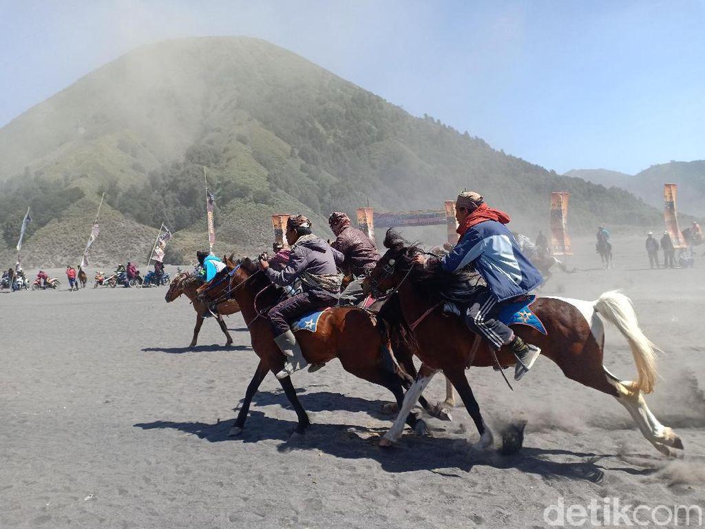 Ratusan Kuda Ojek Ikut Pacuan di Lautan Pasir Bromo