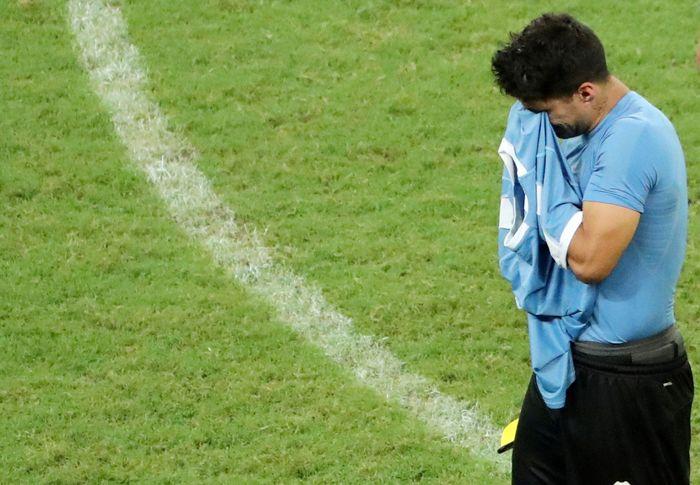 Luis Suarez tak kuasa menahan tangis setelah Uruguay dikalahkan Peru di perempatfinal Copa America 2019, Minggu (30/6) dinihari WIB. Sergio Moraes/Reuters.