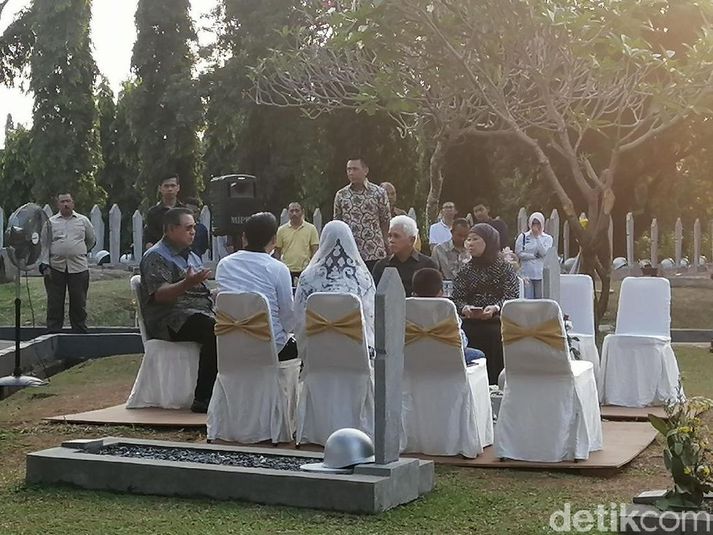 Ditemani Hatta Rajasa-Ibas, SBY Ziarah ke Makam Bu Ani