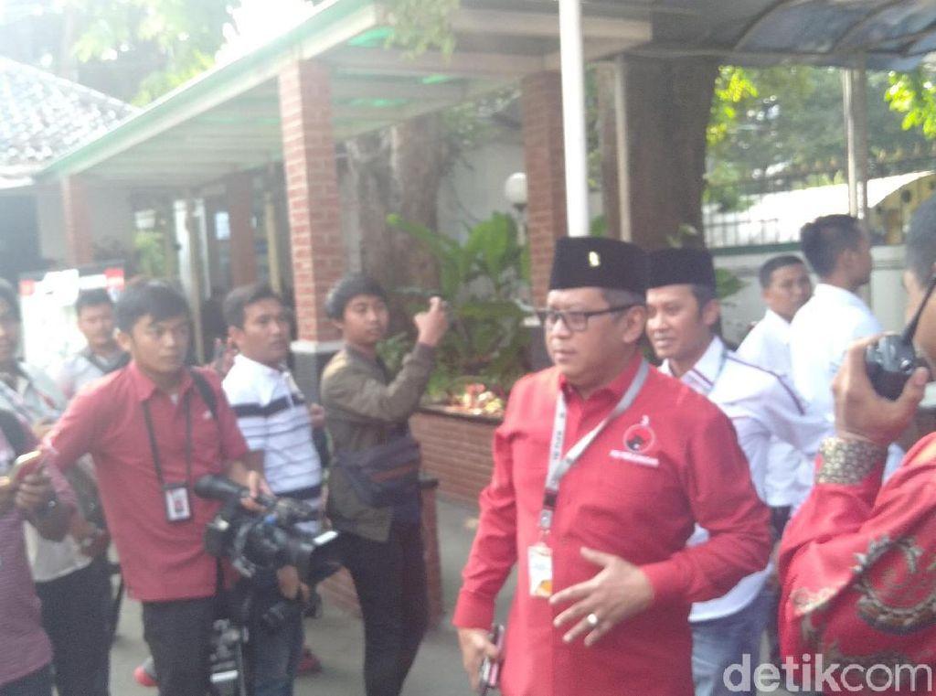 Naik Bus, TKN Jokowi-Maruf Amin Tiba di KPU