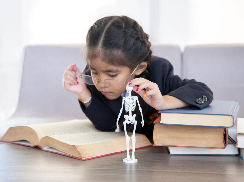 Tak Hanya Lansia, Anak-anak Juga Bisa Osteoporosis Lho! Ini Penyebabnya