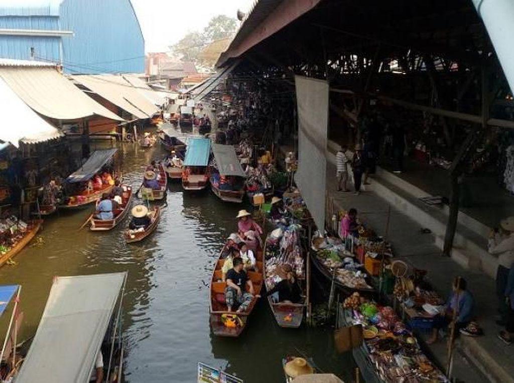 Sibuknya Pasar Terapung Paling Populer di Thailand