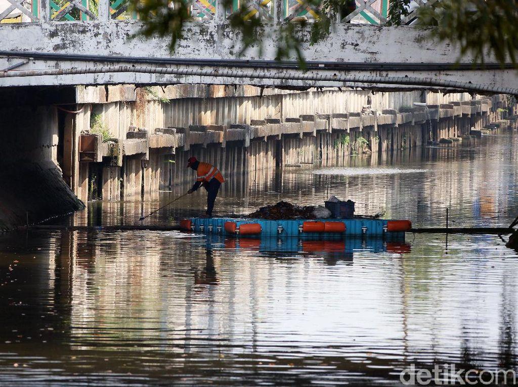 Aksi Pasukan Oranye Jaga Kebersihan Kali Item Kemayoran
