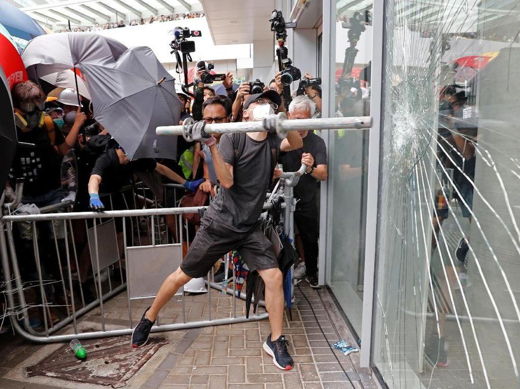 Demonstran RUU Ekstradisi Coba Pecahkan Kaca Gedung Parlemen Hong Kong