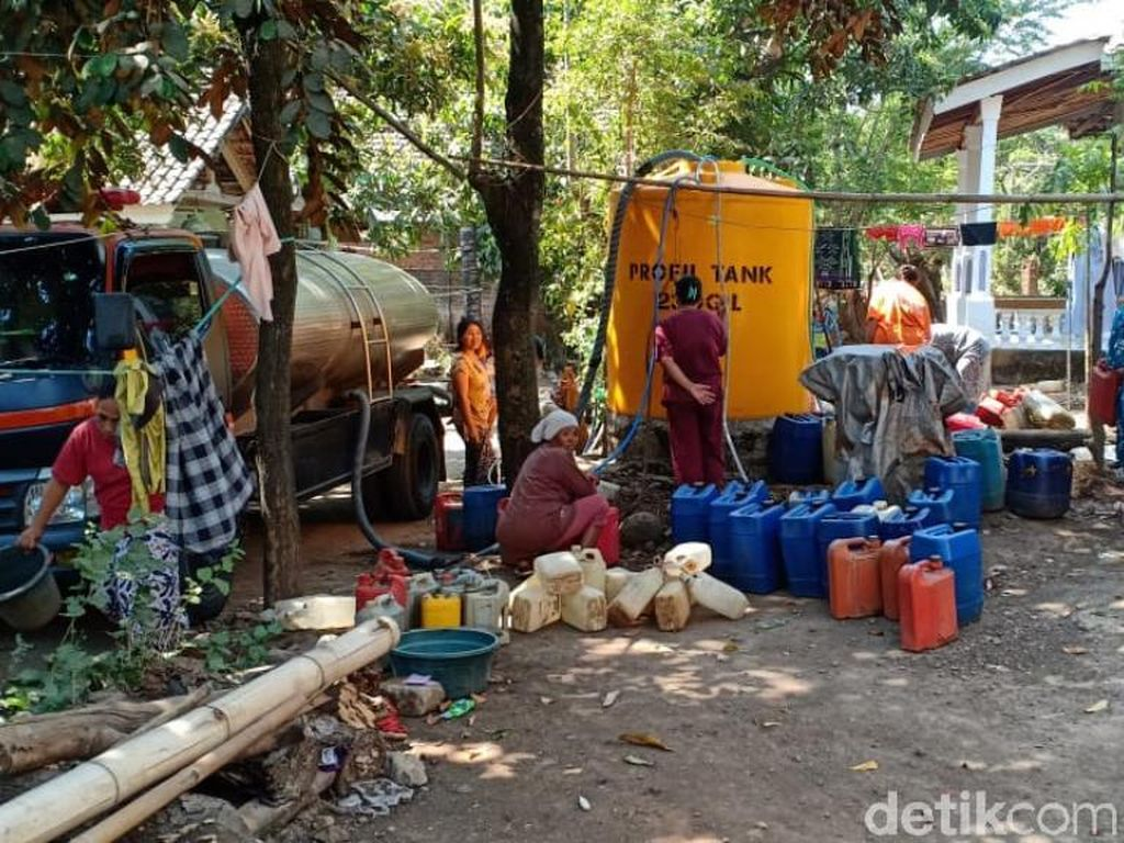Dua Desa di Pasuruan yang Kekeringan Dipasok Air Bersih