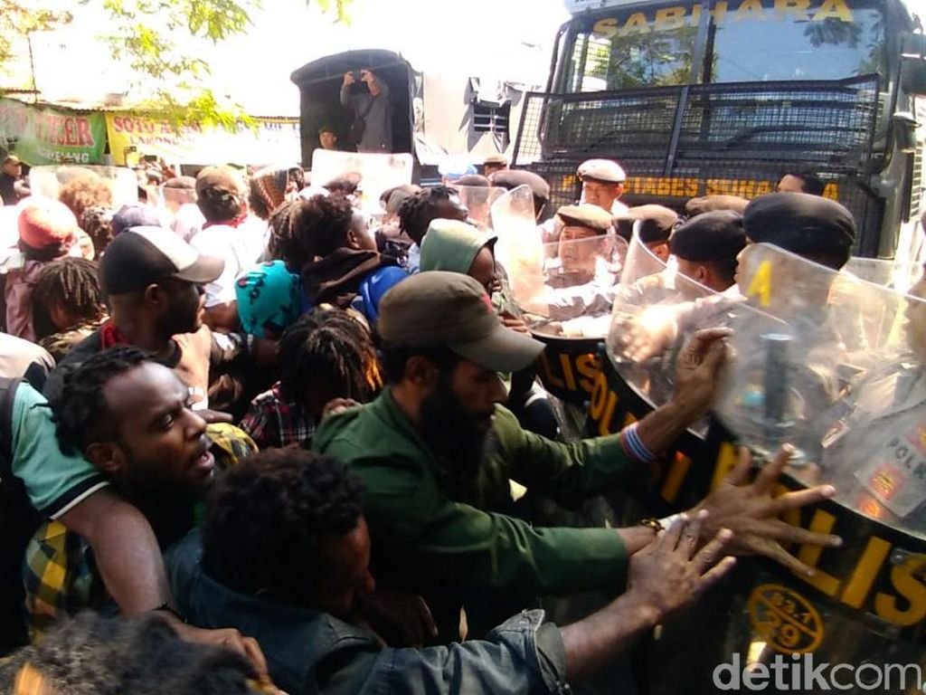 Demo Mahasiswa Papua Tuntut Kemerdekaan Diwarnai Aksi Dorong