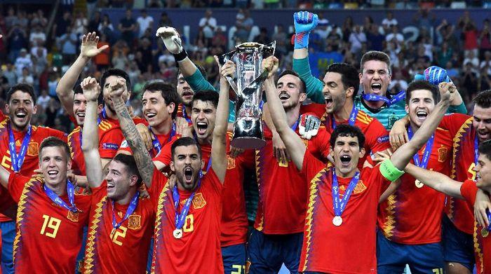 Timnas Spanyol U-21 mengangkat trofi juara Piala Eropa U-21 usai mengalahkan Timnas Jerman U-21 dengan skor 2-1 di final. (Foto: Alessandro Sabattini/Getty Images)