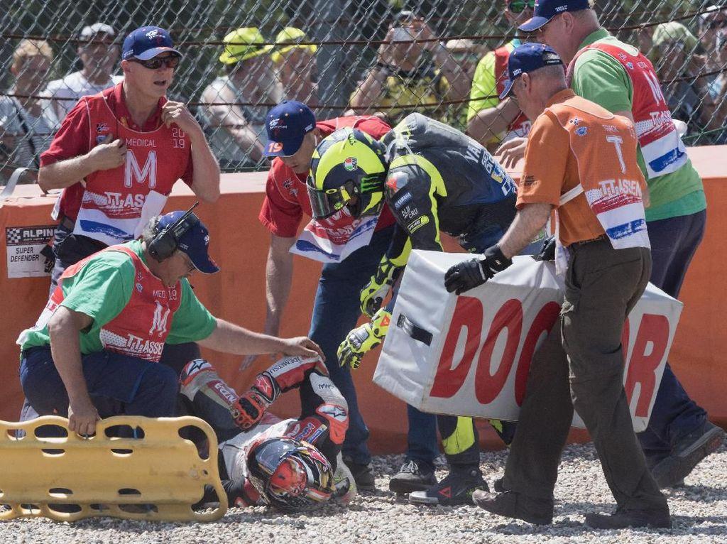 Ditabrak Rossi, Nakagami Diselamatkan Helm dan Baju Balap