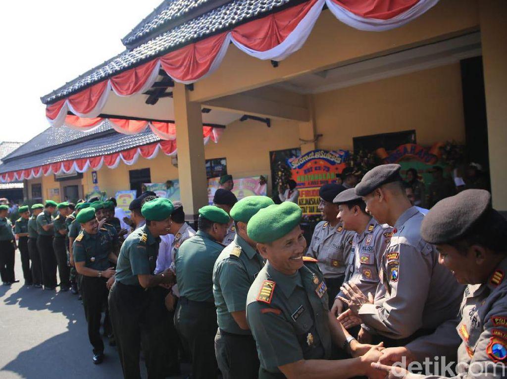Kejutan Hari Bhayangkara, Anggota TNI Kirab Tumpeng ke Polres Jombang