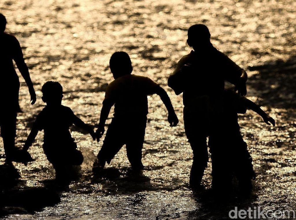 Asyiknya Bermain di Anak Sungai Ciliwung